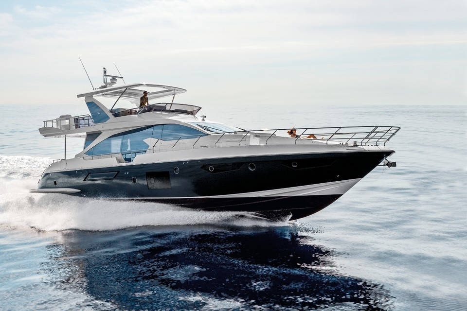 Azimut 74: Italian beauty, carbon soul