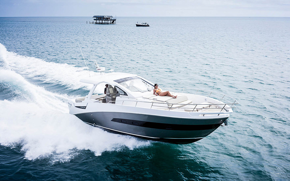 Verve 40: the first Azimut outboard weekender
